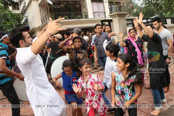 Rithvik Dhanjani Performs Ganpati Visarjan with Children