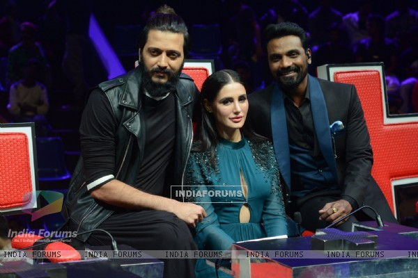 Riteish Deshmukh, Nargis Fakhri and Remo Dsouza at Promotion of 'Banjo' on sets of Dance Plus 2