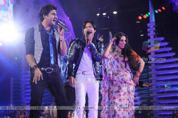 Vidya and Shaan shaking their legs in Music ka Maha Muqqabla