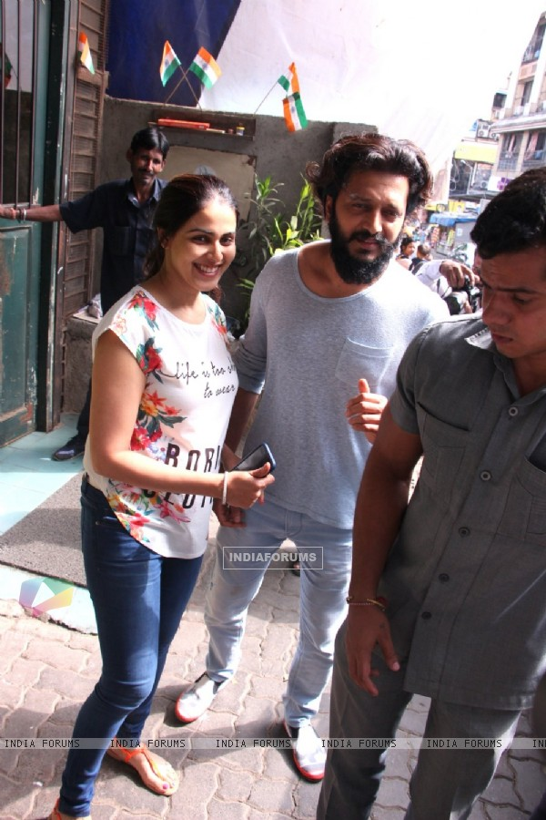 Riteish Deshmukh and Genelia Dsouza snapped leaving Pali Village Cafe!