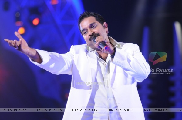 Shankar perfoming on the show Music Ka Maha Muqqabla