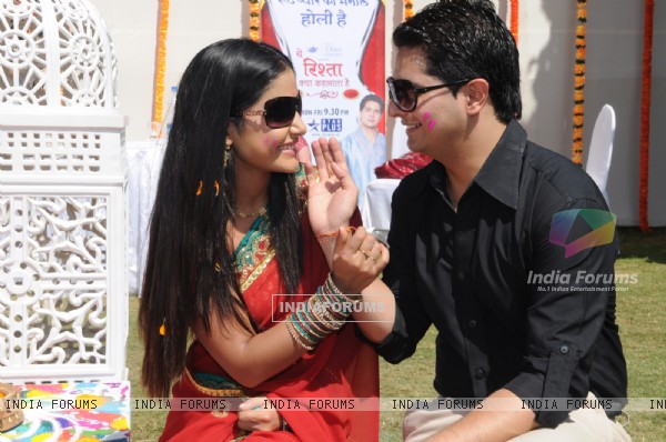 Naitik and Akshara playing holi