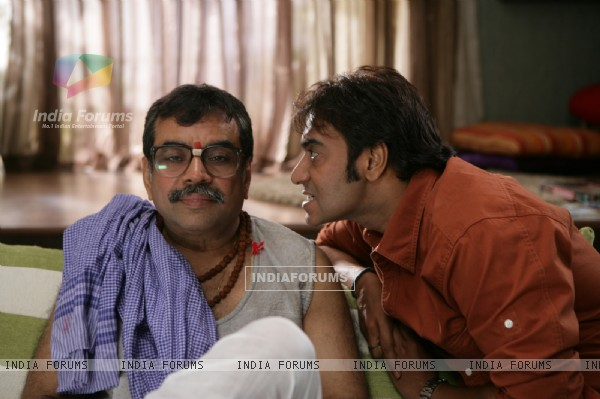 Still image of Ajay Devgan and Paresh Rawal (56607)