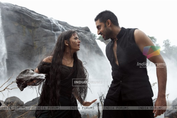 Aishwarya and Abhishek in the movie Raavan (60465)