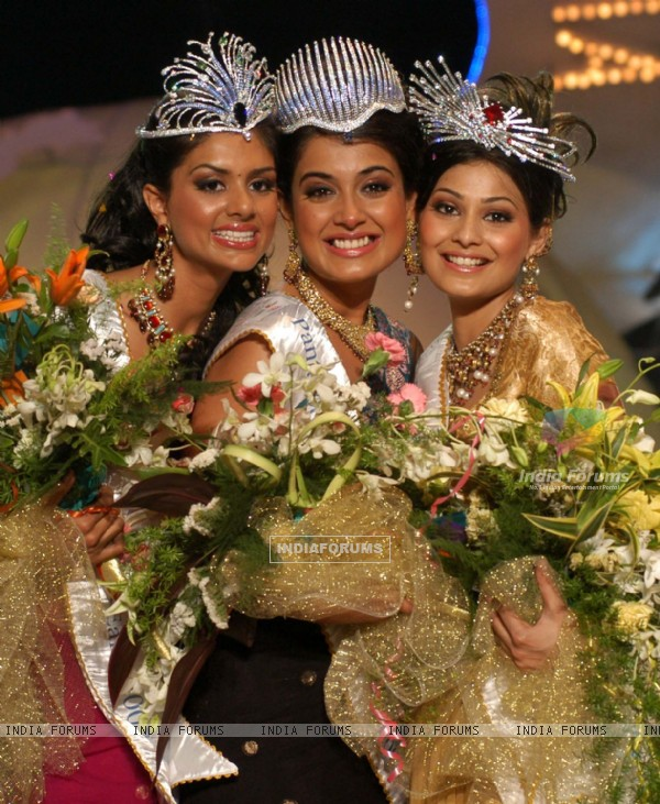 Pantaloons Femina Miss India World 2007 Sarah Gane Dias (centre) alongwith Pantaloons Femina Miss India Universe 2007 Puja Gupta (right) and Pantaloons Femina Miss India Earth 2007 Pooja Chitgopekar (left) after the press conference in Mumbai on