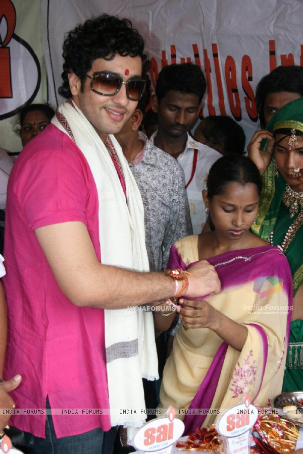 Adhyaan Suman celebrates raksha bandhan at Mumbai red light area