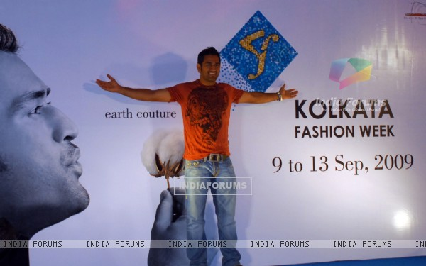 Captain of Indian Cricket Team and Brand Ambassador of Kolkata Fashion Week Mahendra Singh Dhoni with the Designer''s of Kolkata fashion week at a press conferance in Kolkata on Thursday 13th August 09