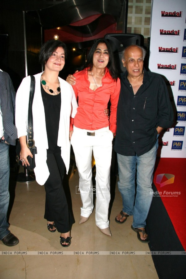 Pooja Bhatt, Sabrina and Mahesh Bhutt at Ismail Darbar''s music for film The Unforgettable at PVR, in Mumbai