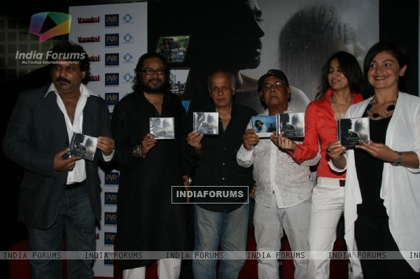 Pooja Bhatt, Sabrina and Mahesh Bhtt at Ismail Darbar''s music for film The Unforgettable at PVR, in Mumbai