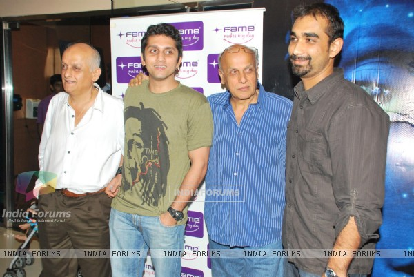 Mukesh Bhatt and Mahesh Bhatt at Avatar 3-d Special Screening of promo at Fame, in Mumbai