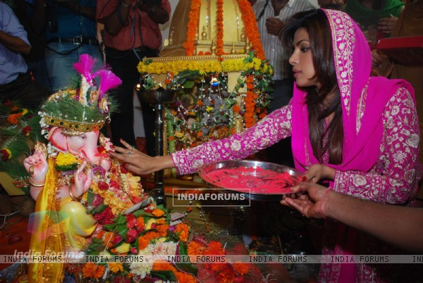 "Bollywood actress Priyanka Chopra performing Ganesh pooja at ""Andheri Ka Raja"""