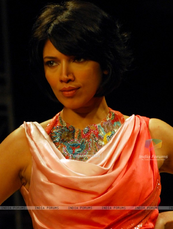 Model on the ramp in Kolkata fashion week in Kolkata on 12th Sep 09