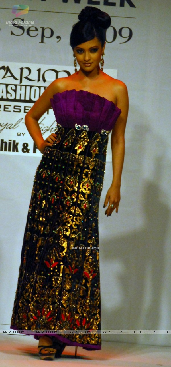 A model Riya Sen catwalks in an outfit design by Kaushik and Pallob during the Kolkata Fashion Week in Kolkata on 10th Sep 2009