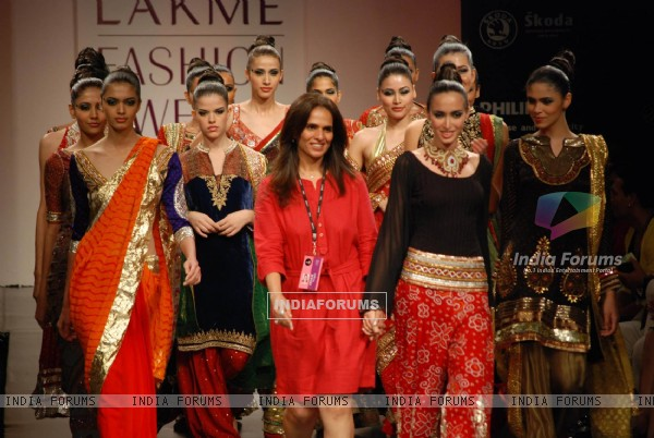 Mode walksl on the ramp of Anita Dongre''s timeless collection for spring/summer 2010 at Lakme Fashion Week was a stylish nostalgic fashion odyssey