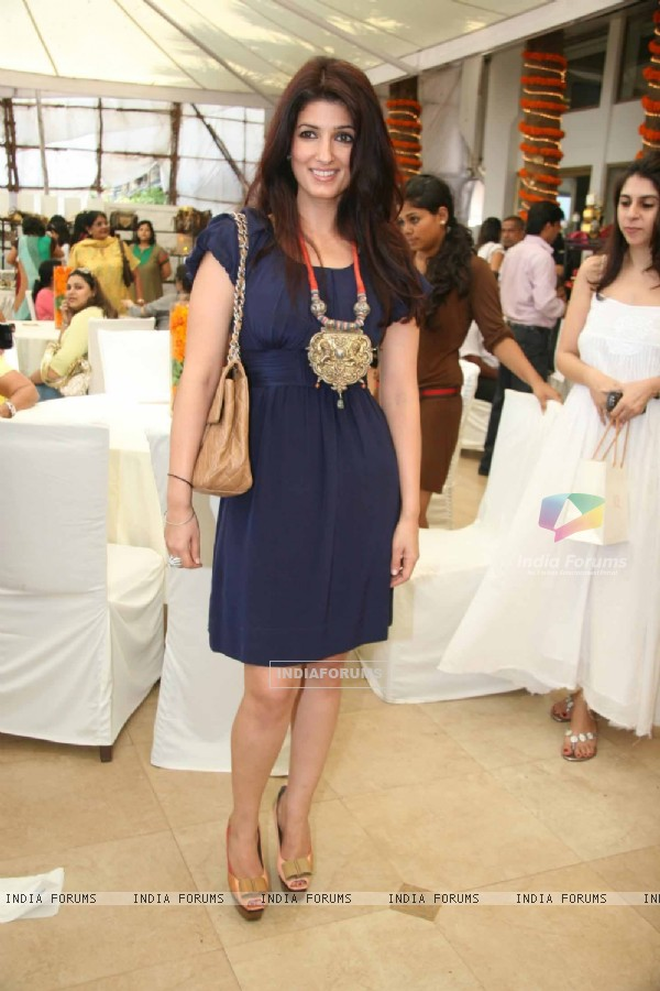 Twinkle Khanna at Araish''s art exhibition, in Mumbai