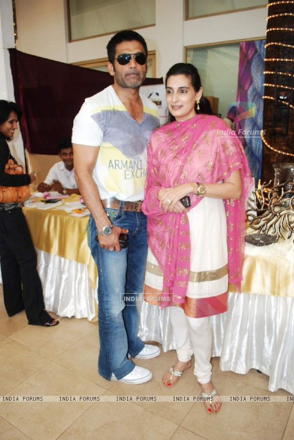 Sunil Shetty with wife Mana at Araish exhibition