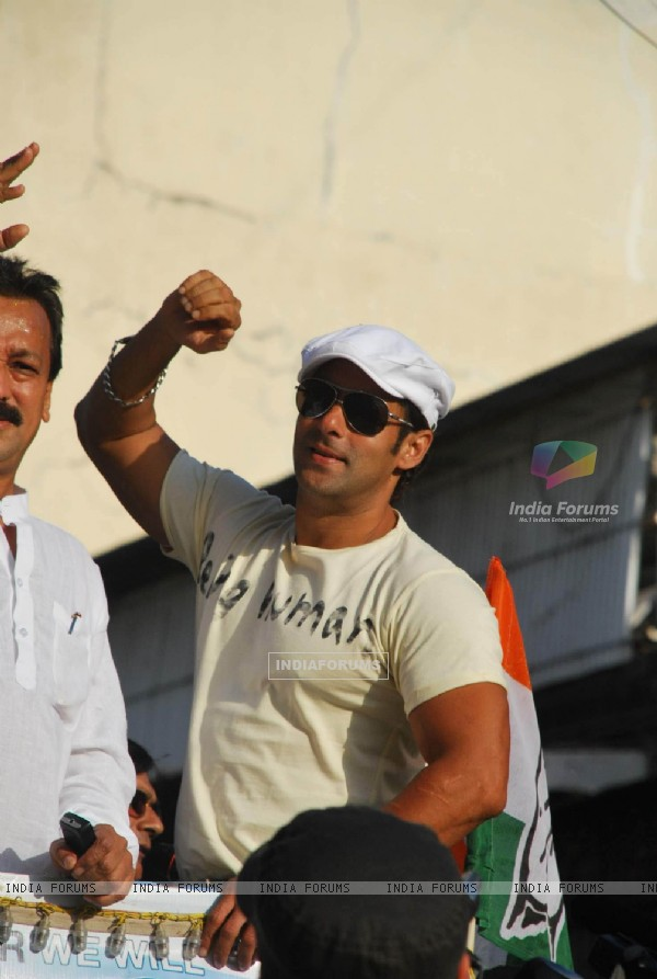 Salman Khan campaigns for Baba Siddiqui