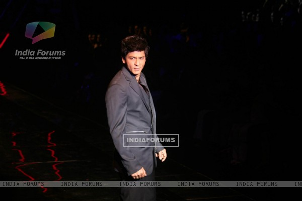 Shah Rukh Khan walk on the ramp for the Karan Johar show