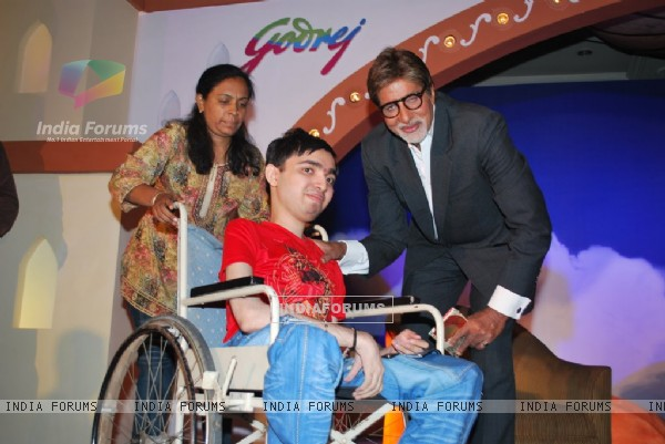 Amitabh Bachchan met the Aladin-Godrej Contest winners at a gala event held in Mumbai