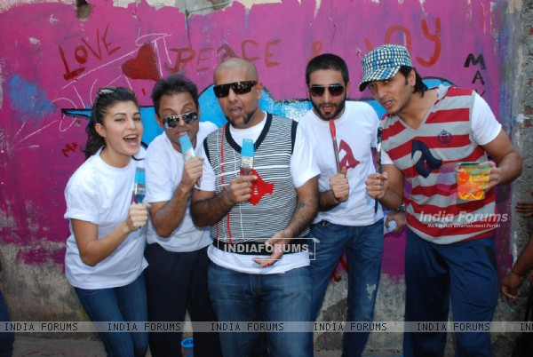 Jacqueline Fernandes, Vishal, Shekhar and Ritesh Deshmukh Paint the Wall in Opp Phoenix Mills