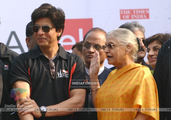 Delhi Chife Minister Sheela Dixit with bollywood star Shahrukh Khan at the Airtel Delhi Half Marathon, in New Delhi on Sunday ( Photo: IANS)