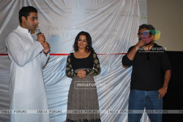 "Abhishek Bachchan and Vidya Balan unveiled the first look of movie ""Paa"" at a media conference held in Mumbai (81837)"