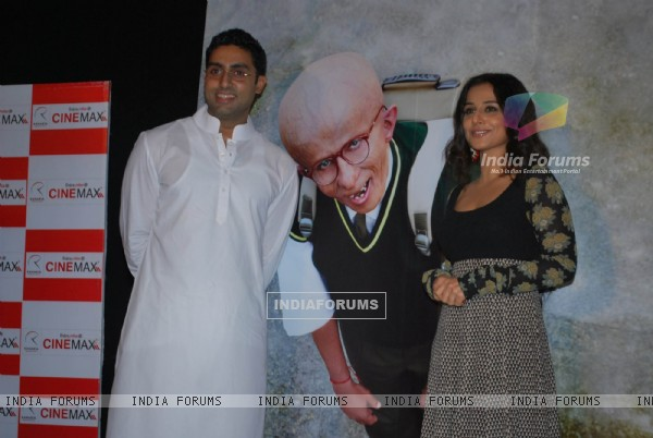 "Abhishek Bachchan and Vidya Balan unveiled the first look of movie ""Paa"" at a media conference held in Mumbai (81839)"