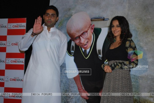 "Abhishek Bachchan and Vidya Balan unveiled the first look of movie ""Paa"" at a media conference held in Mumbai (81841)"