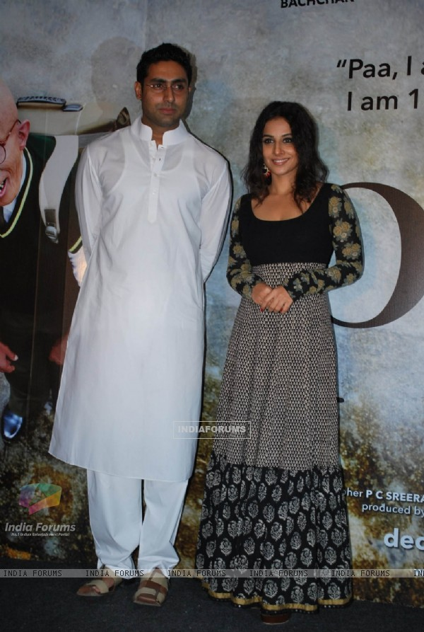 "Abhishek Bachchan and Vidya Balan unveiled the first look of movie ""Paa"" at a media conference held in Mumbai (81843)"