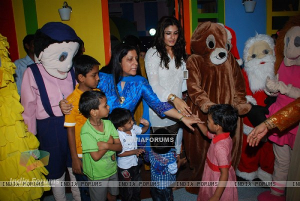 "Raveena Tandon launches kids book ""How To Teach So Kids Can Learn"" by Podar Institute"