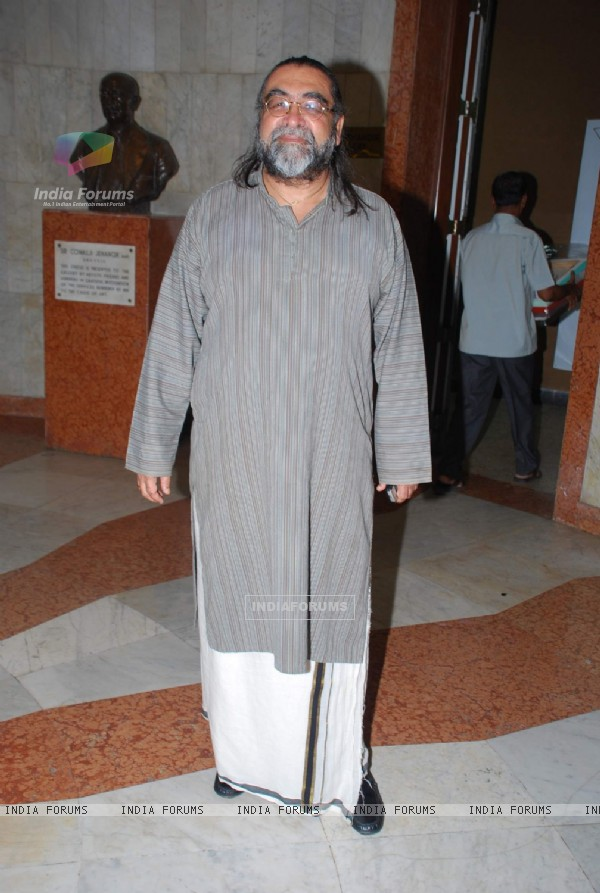 AD man Prahlad Kakkar at Charcoal Paintings exhibition by Ajay De in Mumbai on Monday, 16 November 2009