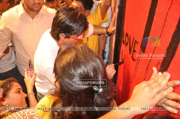 Shakrukh khan joins Shaina N C & I Love Mumbai to pay an artistic tribute to the 26/11 Martyrs & victims A prominent wall opposite Marine Lines Station measuring 15 km has been dedicatedto the Martys & victims