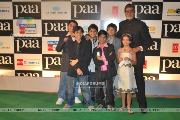 "Bollywood actor Amitabh Bachchan with kids at the premiere of film ""Paa"" (82661)"