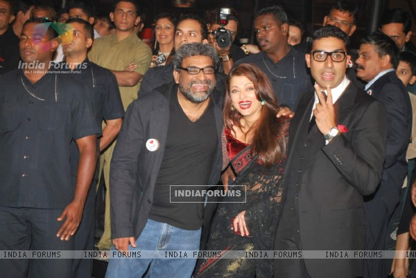 "Bollywood actors Abhishek Bachchan with wife Aishwarya Rai Bachchan at the premiere of film ""Paa"" (82676)"