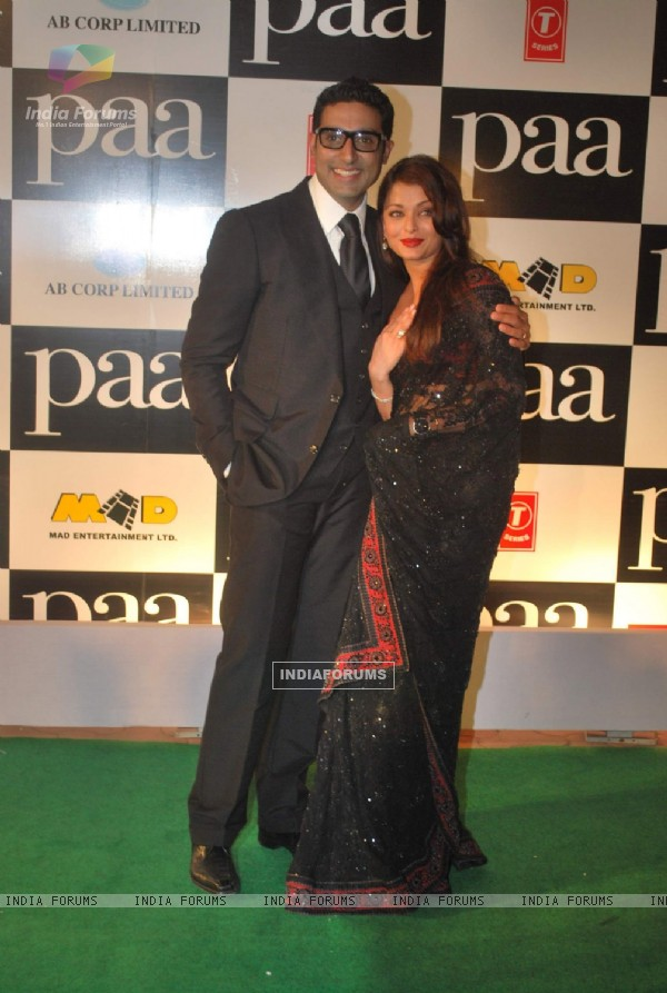 "Bollywood actors Abhishek Bachchan with wife Aishwarya Rai Bachchan at the premiere of film ""Paa"" (82677)"