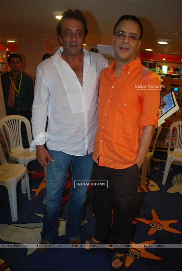 Sanjay Dutt and Vidhu Vinod Chopra unveil Lage Raho Munnabhai Book