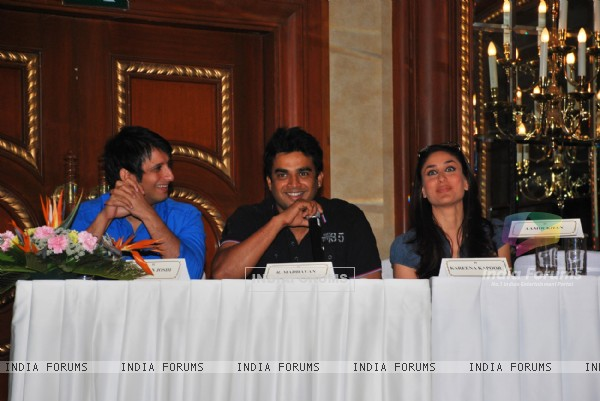 Sharman Joshi, R Madhavan and Kareena Kapoor at the press meet of 3 IDIOTS