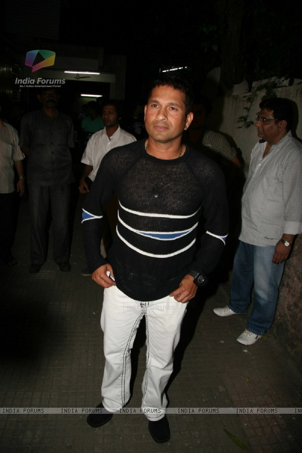 """Sachin Tendulkar Watches 3 Idiots"" (82889)"