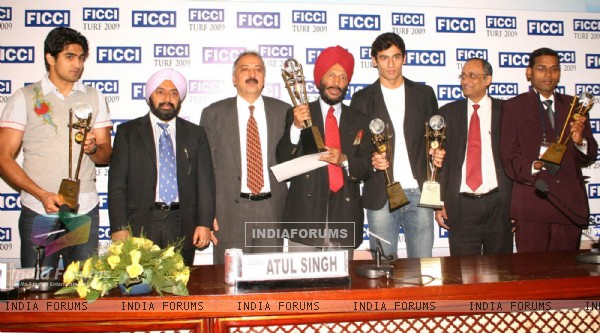FICCI Sec Gen Dr Amit Mitra and Atul Singh with the awardees Vijender Singh, Milkha Singh, Virdhawal Khade and Prasant Karmarkar in New Delhi on Wednesday 16 Dec 2009