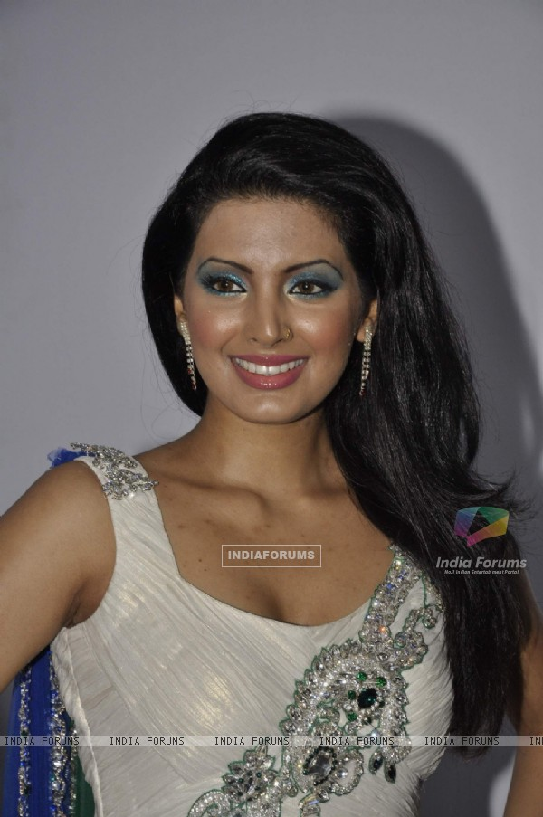 Geeta Basra at Archana Kocchar Show for Silver Jubilee of Juhu Club