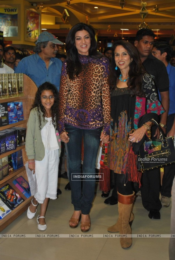 Sushmita Sen at Shobha De''s book S'' Secret launch at Landmark, Infiniti Mall