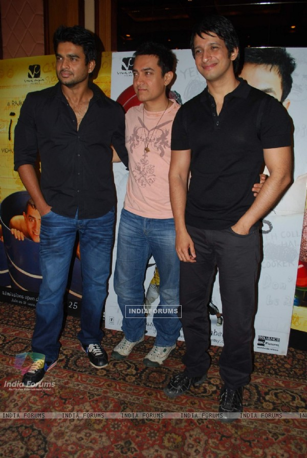 "Bollywood actors Madhwan, Aamir Khan and Sharman Joshi at the press meet of ""3 Idiots"" at Taj Land''s End"
