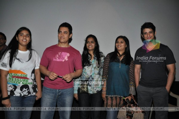 Aamir Khan at 3 Idiots film sceening for Pantaloons (83675)