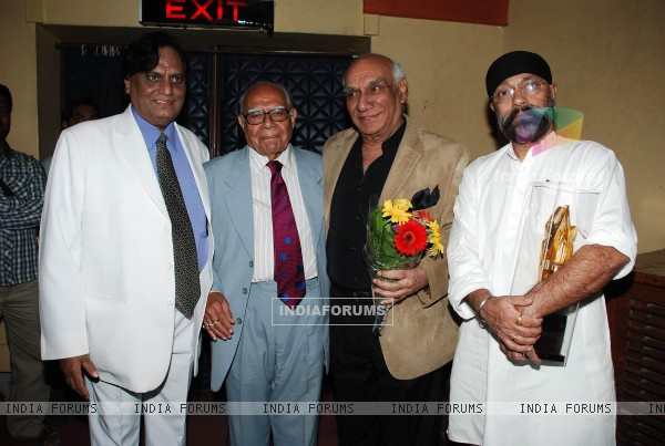 Yash Raj Chopra pray tribute to Mahendra Kapoor