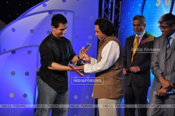 Aamir Khan and Kailash Kher at IBN7 Super Idols to honor achievers with disability at Taj Land''s End