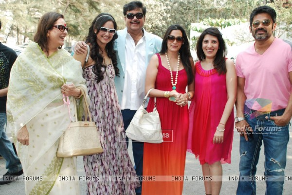 Poonam Sinha, Sonakshi Sinha, Shatrughan Sinha, Mana Shetty and Sunil Shetty at Art Brunch Journey V in Alliance with NGO Passages