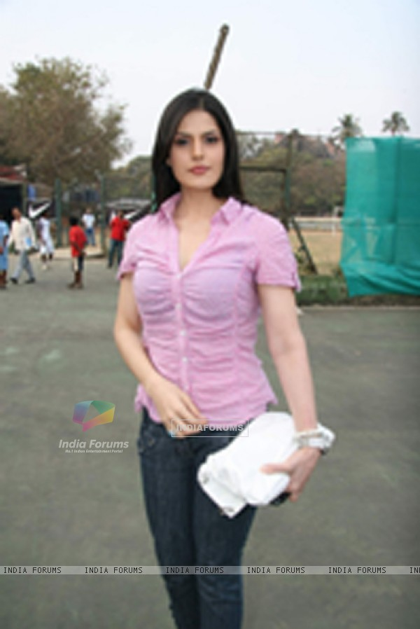 Zarine Khan at tennis academy event at Xaviers