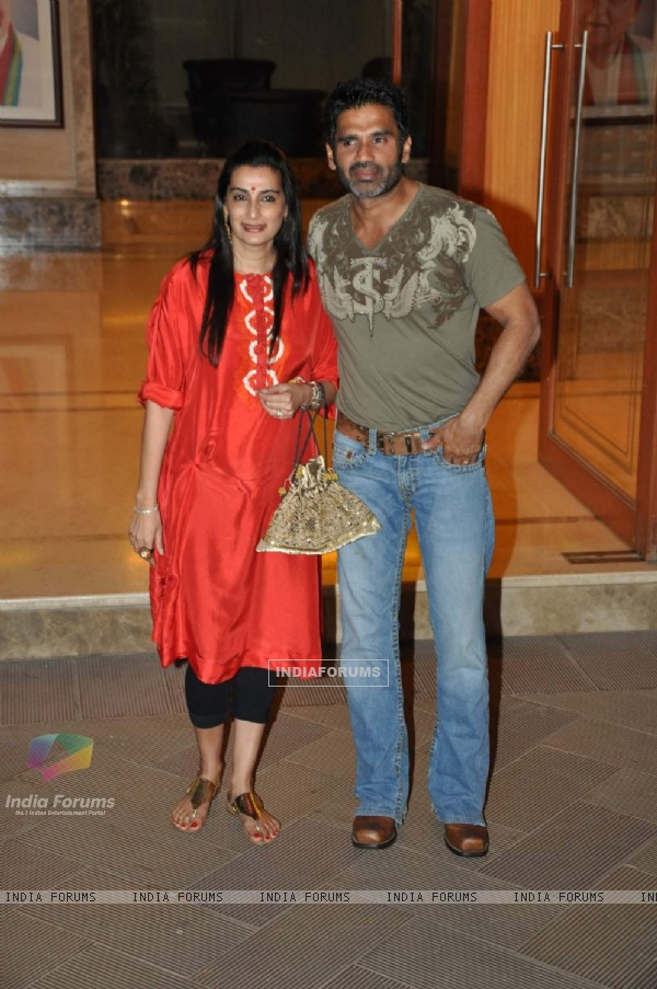 Sunil Shetty with wife at Sanjay Dutt Wedding Anniversary bash at Bandra home