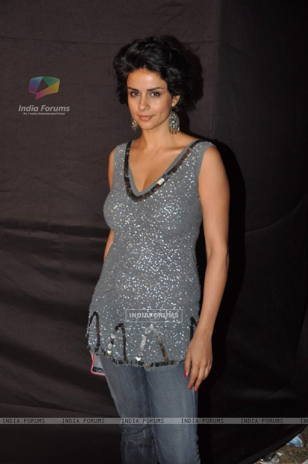 Freida Pinto, Katrina Kaif and many leading Bollywood ladies at Waves concert at Bandra
