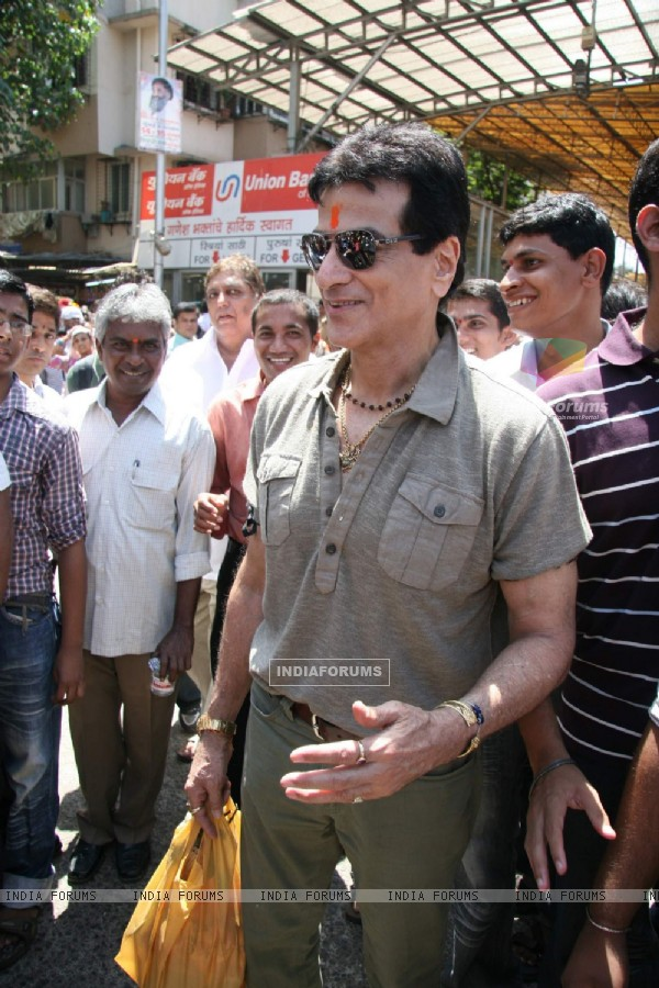 Celebrities at seeks blessing at Siddhivinayak for his Film City of Gold at Dadar